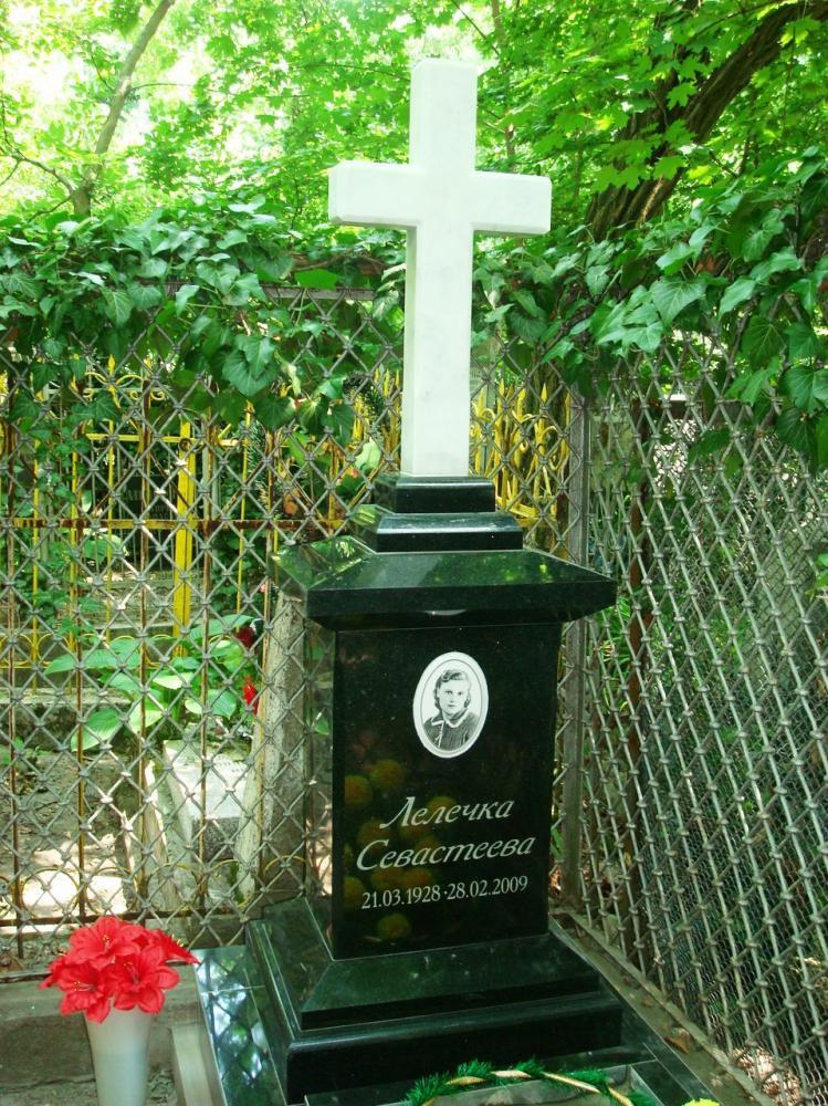 Зеленый памятник с крестом