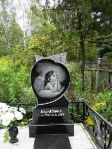 Памятник из черного гранита для маленькой девочки