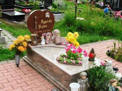 Гранитный памятник с высоким цветником для маленькой девочки