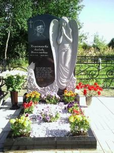 Черный резной памятник с ангелом для женщины