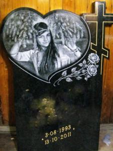Черная гранитная плита для памятника девушке