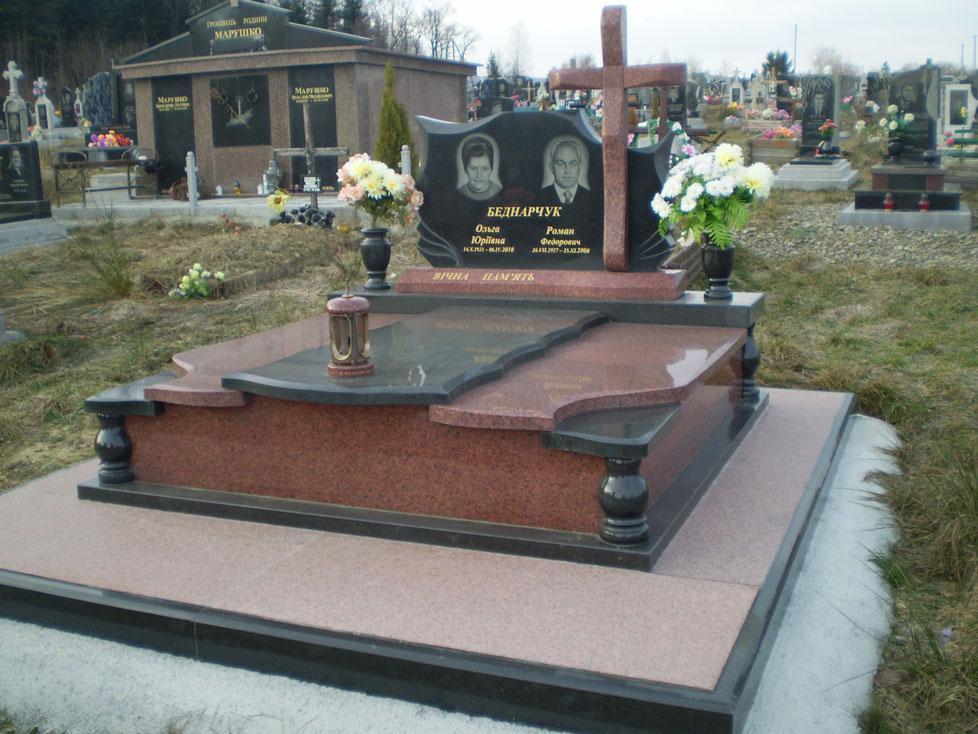 Черно-красный надгробный памятник для двоих