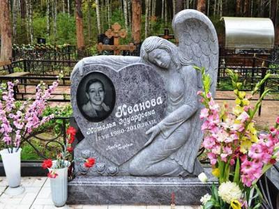 Резной надгробный памятник со скульптурой ангела