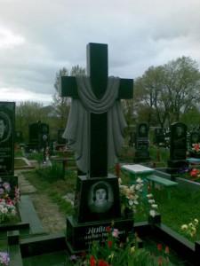 Резной гранитный памятник с крестом