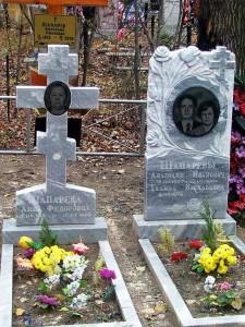Серый гранитный памятник с резными розами