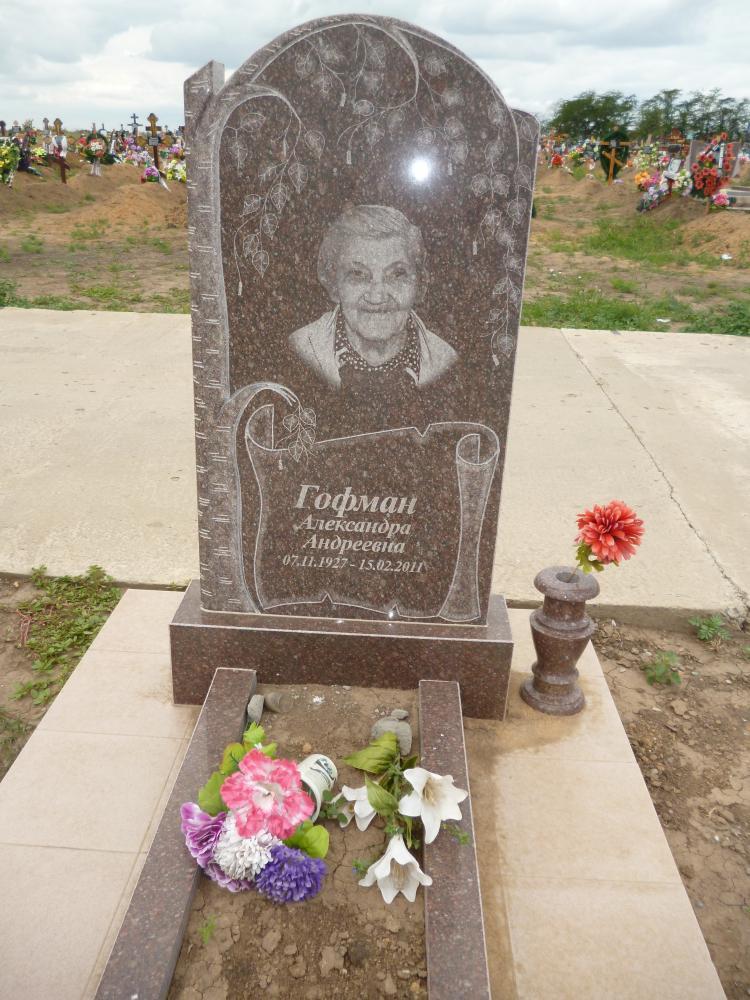 Гранитный памятник на могилу женщины