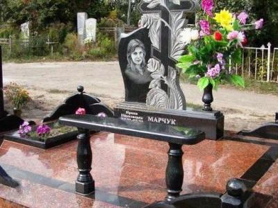 Резной гранитный памятник с лавочкой для девушки
