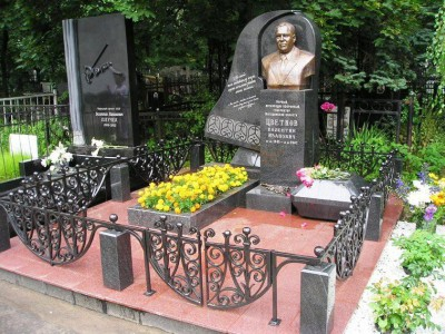 Эксклюзивный памятник из гранита с бюстом мужчины