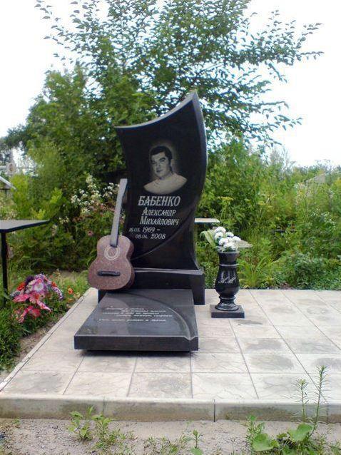 Элитный гранитный памятник на могилу музыканта