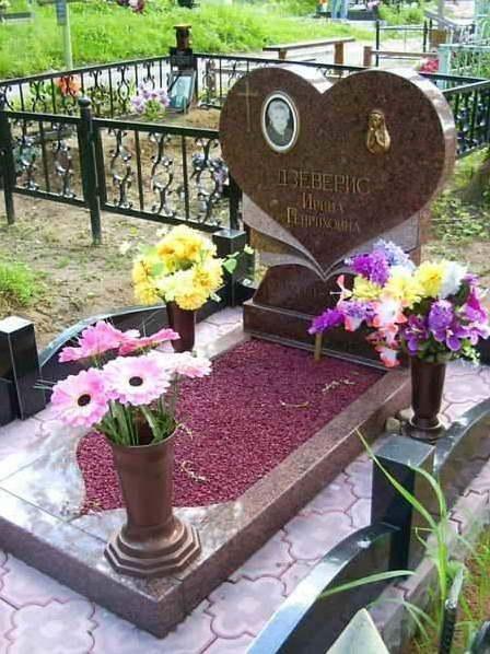 Фигурный надгробный памятник с цветным щебнем