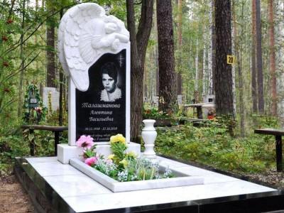 Резной гранитный памятник с ангелом и вазой
