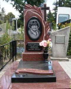 Одинарный памятник из красного и черного гранита для женщины