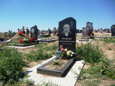 Гранитный памятник черного цвета на могилу