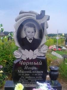 Детский надгробный памятник с вертикальной стеллой