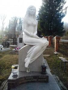 Надгробный памятник с эксклюзивной скульптурой на могилу девушки
