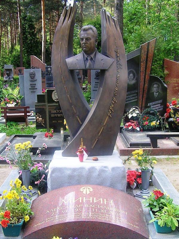 Элитный гранитный памятник на могилу строителя