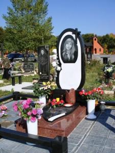 Женский памятник из черного и красного гранита с закрытым цветником