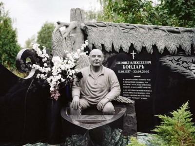 Эксклюзивный гранитный памятник со скульптурой для мужчины