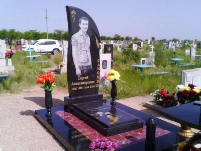 Элитный памятник из гранита на могилу юноши