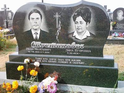 Двойной черный памятник с горизонтальной стеллой для супругов