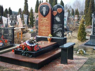 Двойной памятник из красного и черного гранита