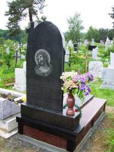 Гравировка Иисуса Христа на обратной стороне памятника