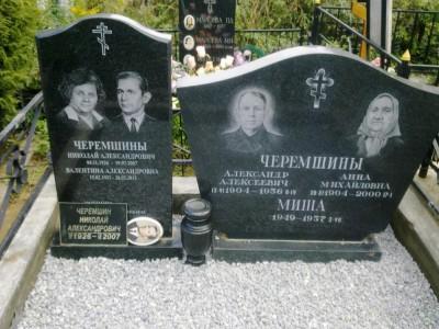 Семейный черный памятник для четверых
