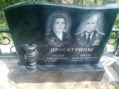 Недорогой семейный памятник из черного памятника фото