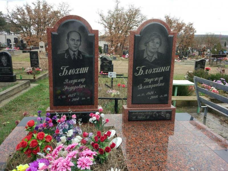 Двойной надгробный памятник из капустинского гранита