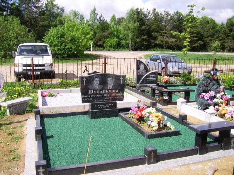 Двойной надгробный памятник с зеленым щебнем