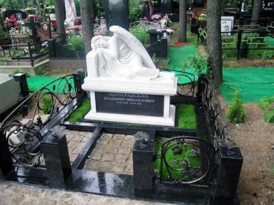 Скульптура ангела для памятника с оградой
