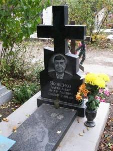 Мужской памятник из гранита в виде креста