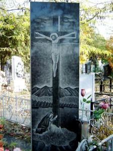 Прямоугольный гранитный памятник с гравировкой креста и скорбящей матери