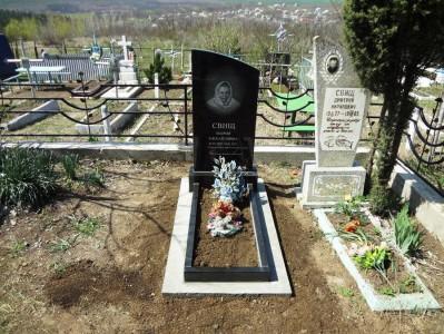 Недорогой одинарный памятник с открытым цветником
