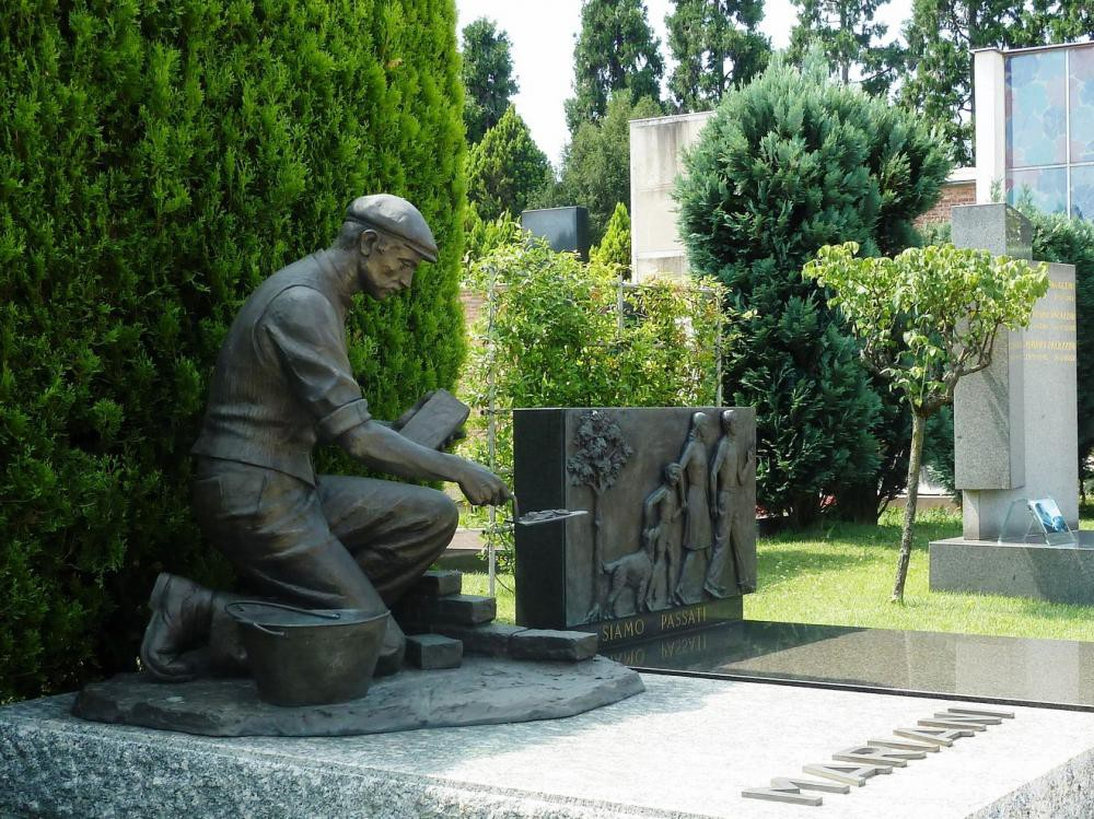 Памятник со скульптурой для строителя