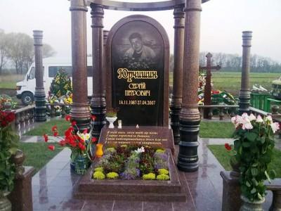 Мемориальный комплекс из красного гранита