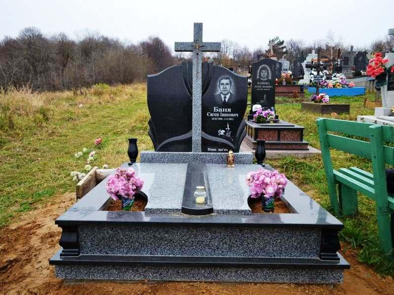 Надгробный памятник из серого и черного гранита фото