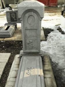 Одинарный серый памятник из бетона