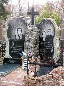 Элитный гранитный памятник с резной ивой для семьи