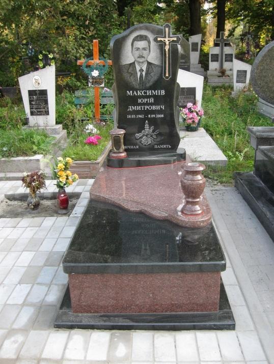 Элитный надгробный памятник с высоким закрытым цветником