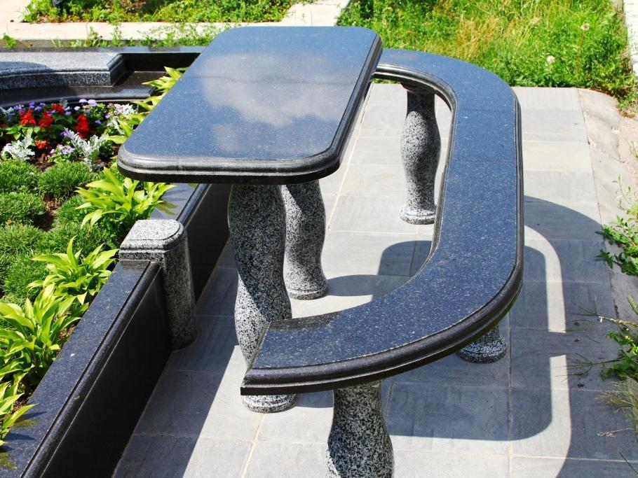 Стол и лавочка из черного гранита фото