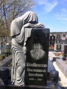 Вертикальный памятник со скульптурой для матери