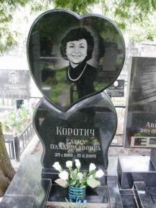 Вертикальная стелла с сердцем для женского памятника