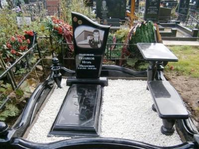 Черный памятник с закрытым цветником, столом и лавочкой