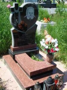Памятник с высоким цветником для младенца