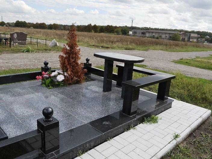 Памятник из янцевского гранита со столом