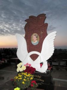Элитный резной памятник с лебедем для женщины