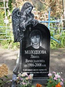 Резной памятник с ангелом для девушки