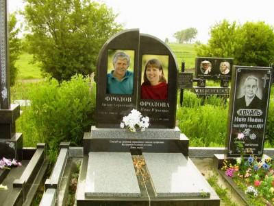 Памятник с закрытыми цветниками для супругов