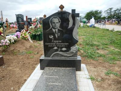 Памятник христианский из черного гранита на могилу